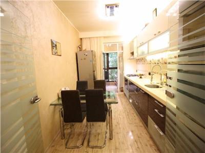 Vanzare apartament 3 camere zona Decebal
